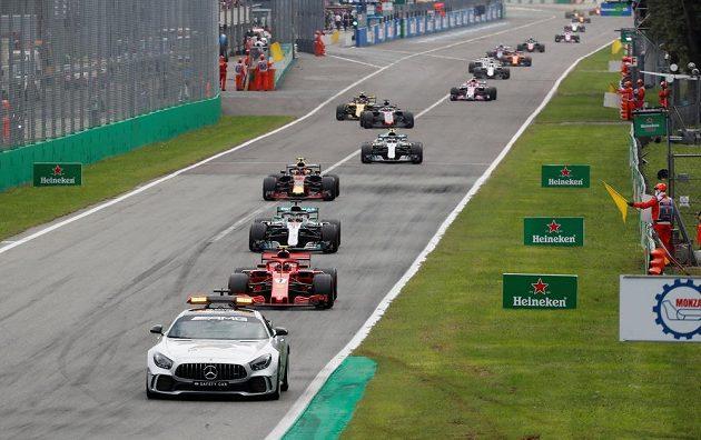 Safety car na trati v Monze po kolizi Sebastiana Vettela