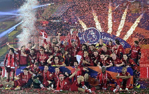 Liverpoolští fotbalisté po výhře nad Chelsea slavili mistrovský titul s pohárem pro šampiony.