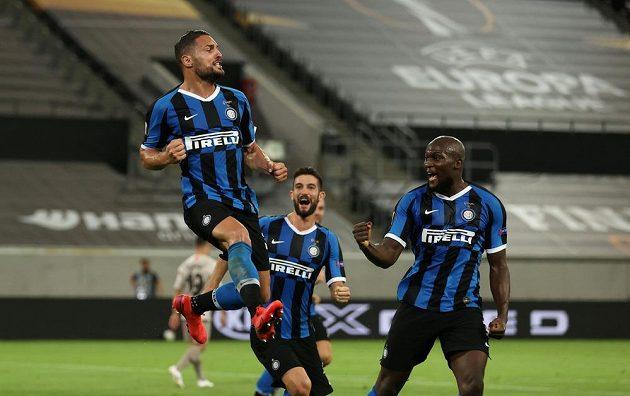 Danilo D'Ambrosio (vlevo) oslavuje se spoluhráči z Interu Milán poté, co vstřelil druhý gól semifinálové partie Evropské ligy se Šachtarem Doněck.
