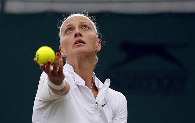 Česká tenistka Petra Kvitová podává v zápase s Rumunkou Soranou Cirsteaovou.