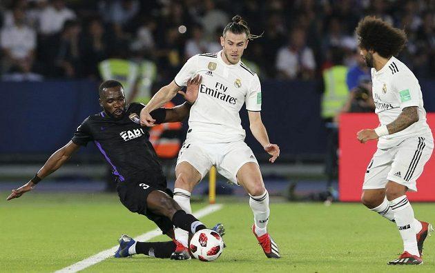 Tongo Doumbia (vlevo) vypichuje míč Garethu Baleovi z Realu. Jejich souboj zpovzdálí sleduje Marcelo.