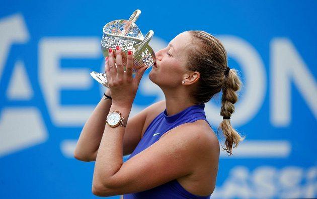Česká tenistka Petra Kvitová s trofejí pro vítězku turnaje v Birminghamu.