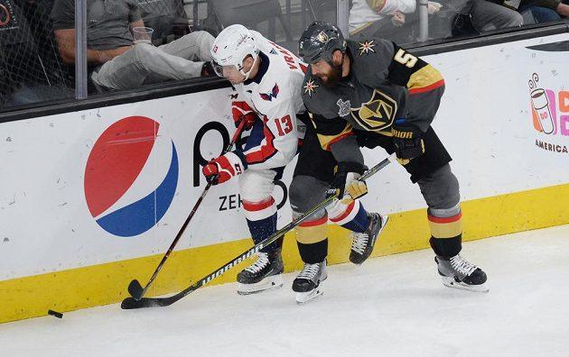 Český hokejista Jakub Vrána (13) z Washingtonu a Deryk Engelland (5) z Vegas během rozhodujícího finále Stanley Cupu.
