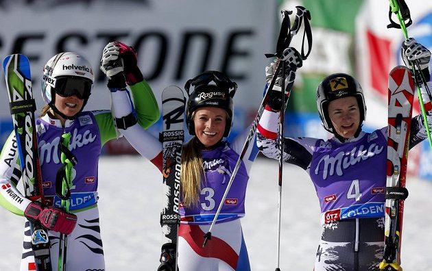 Trojice nejlepších lyžařek v obřím slalomu ze Söldenu - Švýcarka Gutová (uprostřed), Rakušanka Zettelová (vlevo) a Němka Rebensburgová.