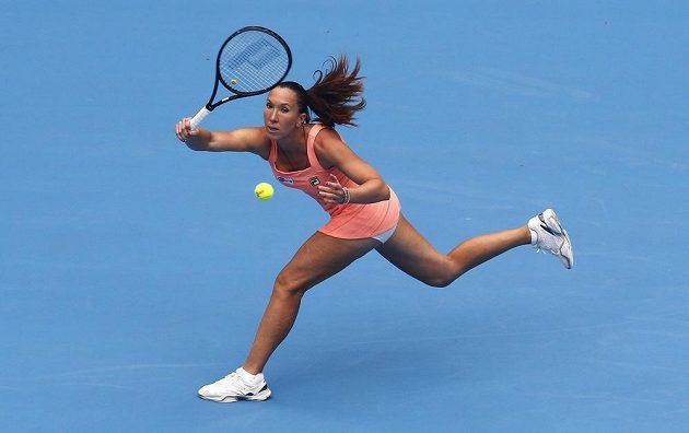 Srbská tenistka Jankovičová se napřahuje k úderu.