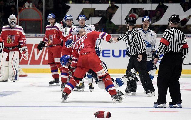 Radek Smoleňák a Tuomo Ruutu při bitce během přípravného utkání ve Znojmě.
