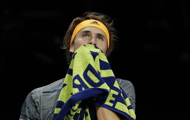 Německý tenista Alexander Zverev a jeho zklamaný pohled po utkání na Turnaji mistrů.