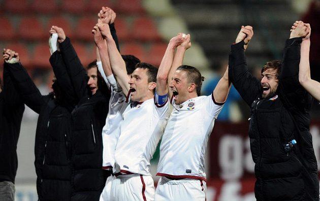 Fotbalisté Sparty David Lafata a Lukáš Vácha oslavují vítězství po utkání 20. kola Gambrinus ligy v Příbrami.