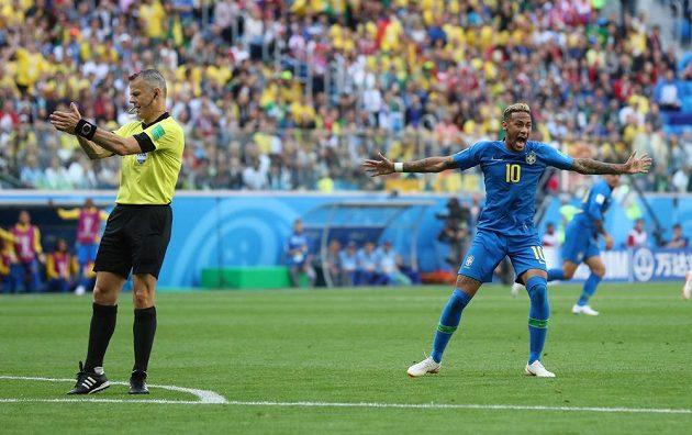 Brazilec Neymar se dožaduje u rozhodčího Bjorna Kuiperse odpískání penalty.
