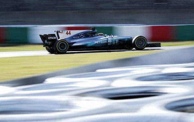 Lewis Hamilton na uměleckém snímku z Velké ceny Japonska.