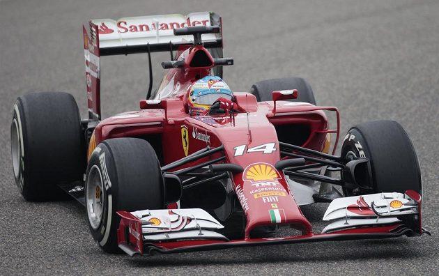 Fernando Alonso krotí při měřeném tréninku své ferrari v jedné ze zatáček okruhu v Šanghaji.