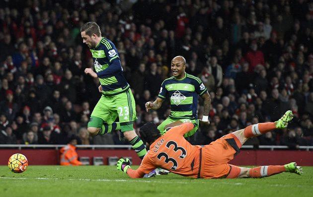 Gylfi Sigurdsson ze Swansea se snaží překonat Petra Čecha v bráně Arsenalu. Přihlíží Andre Ayew.
