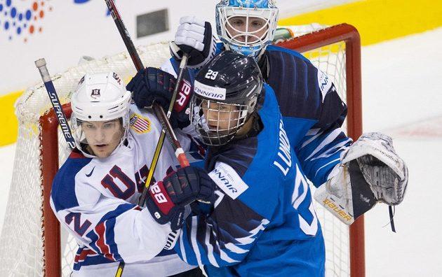 Fin Anton Lundell (vpravo) v souboji s Loganem Cockerilem.