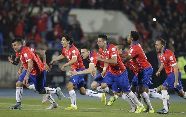 Alexis Sánches právě proměnil penaltu, fotbalisté Chile se radují z historicky prvního vítězství na Copa América.