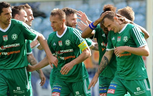 Obránci Příbrami Tomáš Hájovský a Tomáš Zápotočný a útočník Jakub Řezníček (vpředu zleva) se radují z gólu.