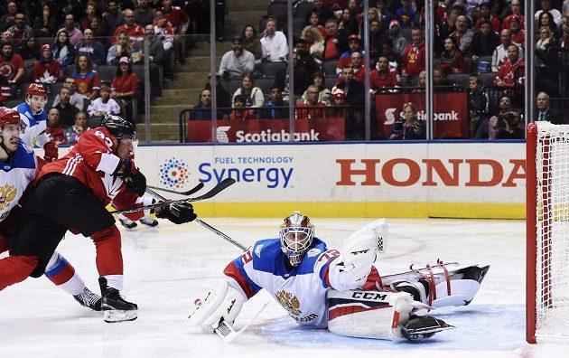 Gólman Ruska Sergej Bobrovskij (72) lapil střelu Brada Marchanda (63) z Kanady.