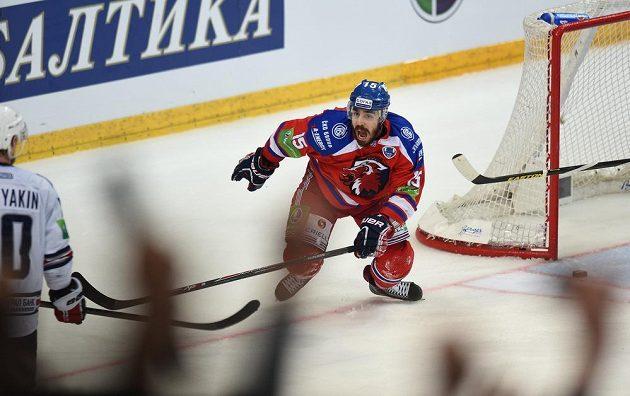 Útočník Lva Praha Justin Azevedo oslavuje rozhodující gól třetího finále KHL proti Magnitogorsku.