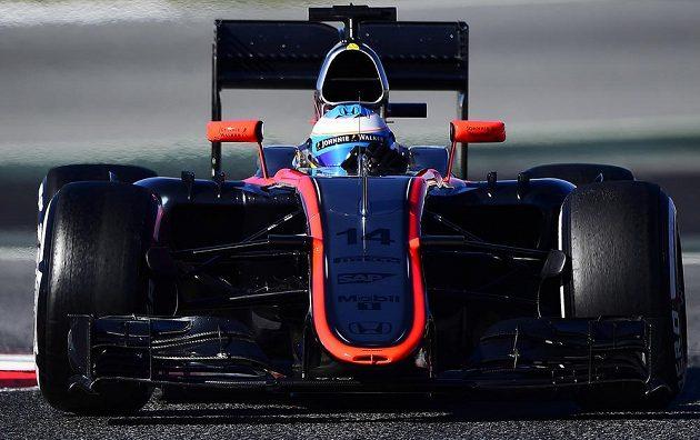 Pilot McLarenu Fernando Alonso během testů v Barceloně