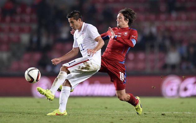 Kapitán české reprezentace Tomáš Rosický (vpravo) se snaží vypíchnout míč Alejandru Bedoyovi z USA.