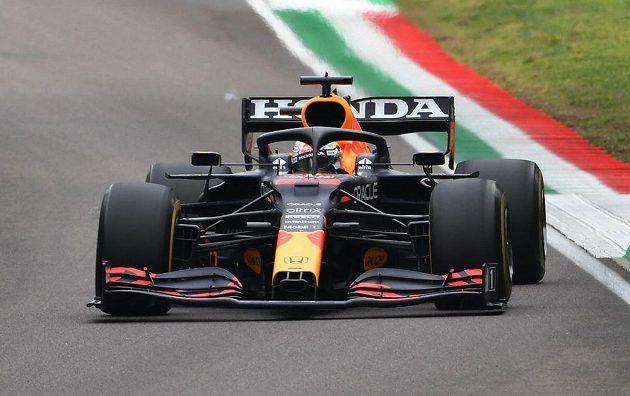Max Verstappen na cestě k triumfu při GP Emilie Romagny.