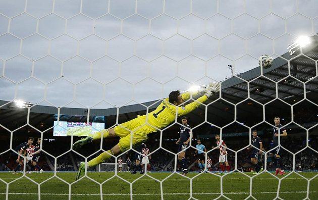 Luka Modrič střílí postupový gól chorvatského týmu, skotský brankář David Marshall už zasáhnout nestačil.