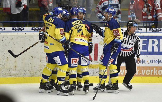 Hokejisté Zlína se radují z gólu v extraligovém utkání.