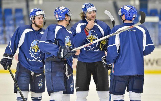 Pozor, mluví Jágr! Kladenští hokejisté naslouchají slovům svého šéfa.