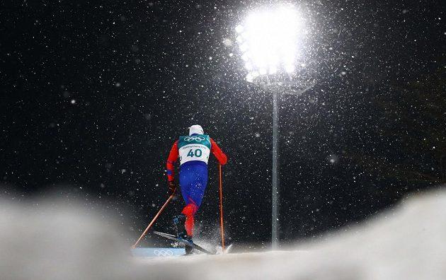Michal Novák během kvalifikace sprintu běžců na lyžích.
