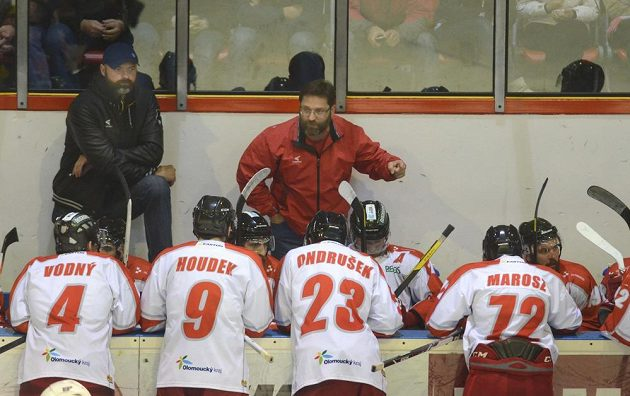 Olomoucký kouč Petr Fiala (vzadu vpravo) udílí hráčům pokyny. Vzadu vlevo je asistent trenéra Jiří Dopita.
