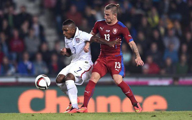 Joe Gyau z USA (vlevo) bojuje o míč s českým záložníkem Lukášem Váchou.