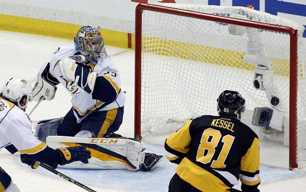 Brankář Nashvillu Pekka Rinne (35) dostává gól od Jevgenije Malkina (není na snímku) z Pittsburghu.