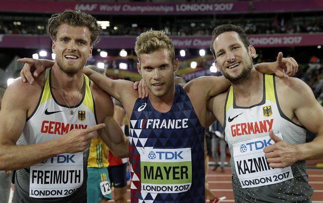 Francouzský vítěz desetiboje Kevin Mayer (uprostřed), vlevo druhý Němec Rico Freimuth a vpravo jeho krajan, bronzový Kai Kazmirek.
