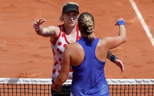Petra Kvitová gratuluje Bethanii Mattekové-Sandsové k postupu.