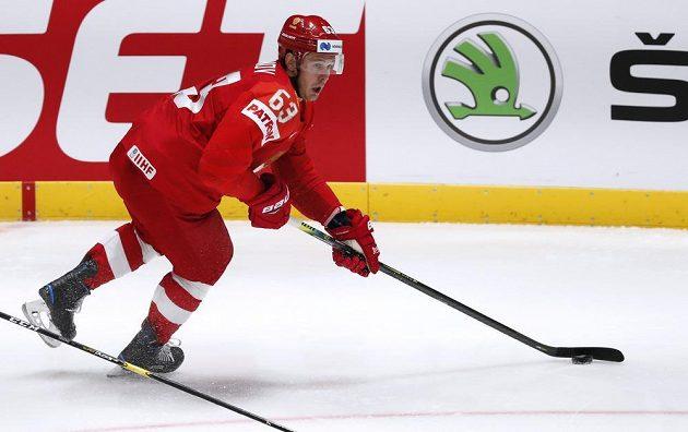 Ruský hokejista Jevgenij Dadonov v akci během utkání mistrovství světa.