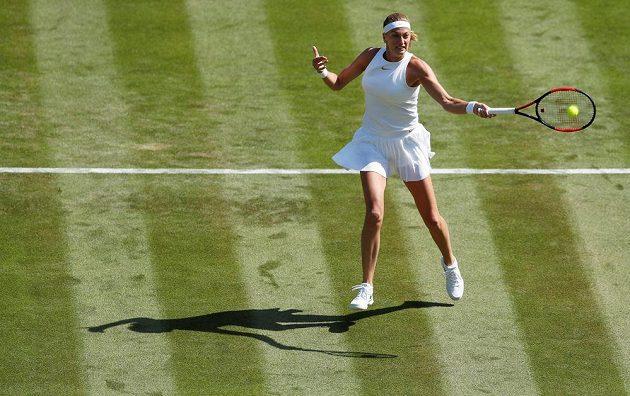 Petra Kvitová na podání v zápase 1. kola Wimbledonu s Běloruskou Sasnovičovou