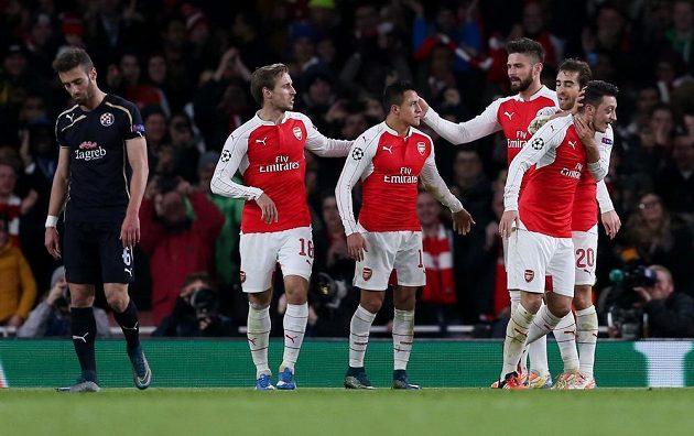 Mesut Özil (vpravo) z Arsenalu jásá se spoluhráči po gólu, kterým otevřel skóre proti Dinamu Záhřeb v LM.