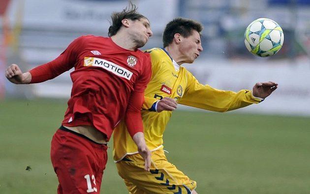 Martin Sus z Brna (vlevo) v souboji s jihlavským záložníkem Lukášem Masopustem v utkání 22. kola fotbalové Gambrinus ligy.