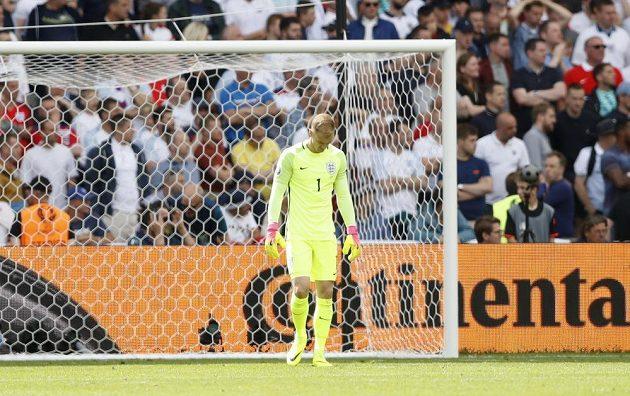 Zklamaný anglický brankář Joe Hart po obdrženém gólu v duelu s Walesem.