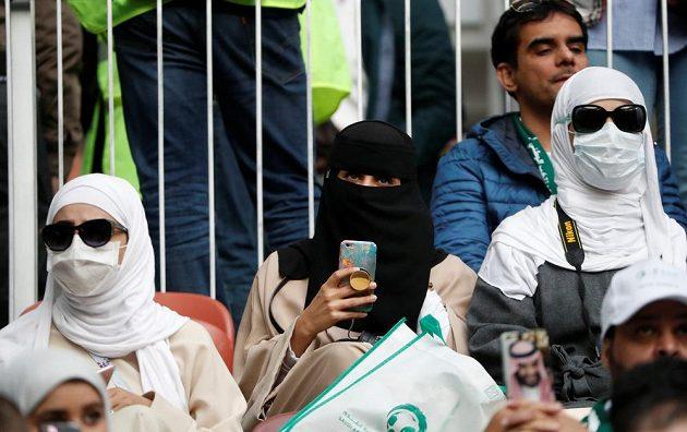 Fanynky fotbalistů Saúdské Arábie během zahajovacího utkání fotbalového mistrovství světa.