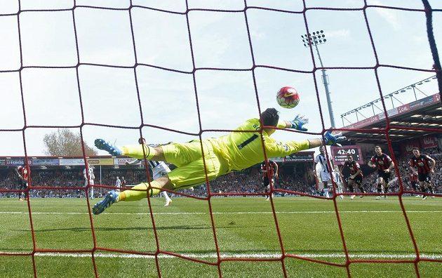 Craig Gardner z West Bromwiche si z penalty na Artura Boruce z Bournemouthu nepřišel.