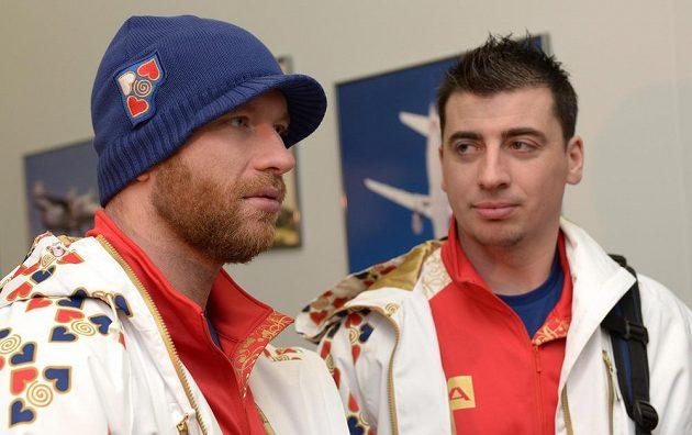 Hokejista Jiří Novotný (vlevo) odletěl do Soči i přesto, že si spletl letiště. Vpravo Tomáš Kaberle.