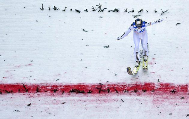 Roman Koudelka na doskoku individálního závodu Světového poháru v německém Klingenthalu.