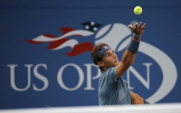 Rafael Nadal ze Španělska podává ve finále US Open proti Novaku Djokovičovi ze Srbska.