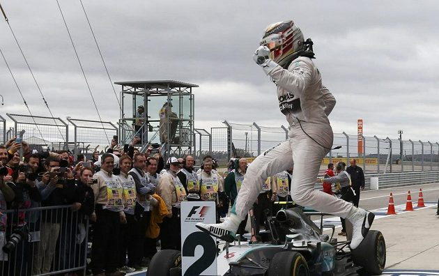 Radost dával Lewis Hamilton najevo hned, jak ze svého monopostu vystoupil.