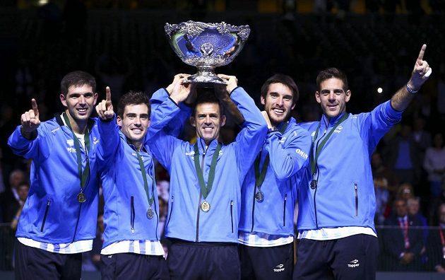 Davis Cup je konečně náš! Zleva Argentinci Federico Delbonis, Guido Pella, kapitán Daniel Orsanic, Leonardo Mayer a Juan Martin del Potro.