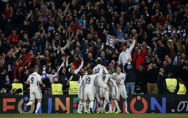 Fotbalisté Realu Madrid se radují ze vstřelené branky Casemira.