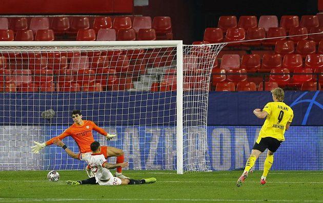 Kanonýr Dortmundu Erling Braut Haaland dává proti Seville svůj druhý gól