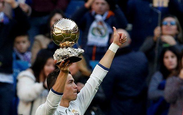 Cristiano Ronaldo děkuje fanouškům a ukazuje Zlatý míč před utkáním s Granadou.