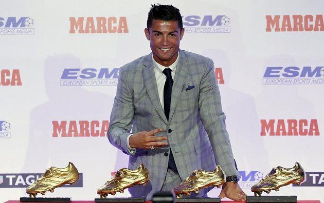 Už mám čtyři! Cristiano Ronaldo se může pyšnit další Zlatou kopačkou, tentokrát za sezónu 2014/15.