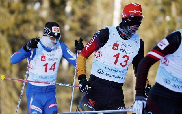 Běžecká část severské kombinaci v Čajkovském. V popředí Němec Björn Kircheisen, v pozadí český sdruženář Miroslav Dvořák.